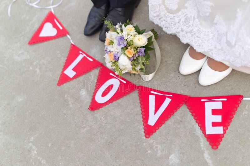 Jeune mariée et jeune marié photographie stock libre de droits