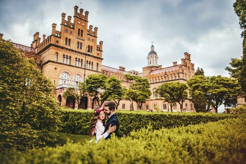 Jeune mariée et marié en parc photo libre de droits