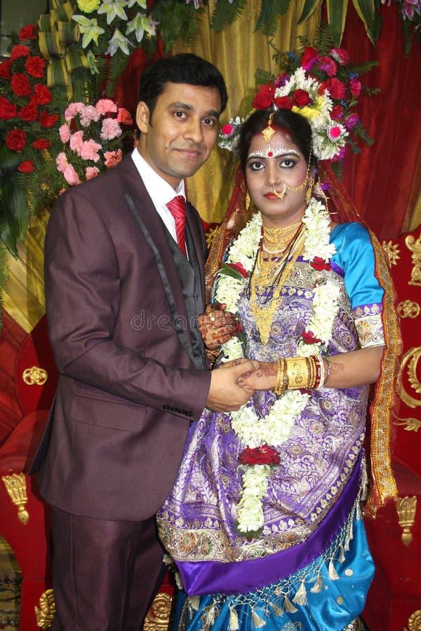 Jeune mariée et marié indiens photographie stock libre de droits