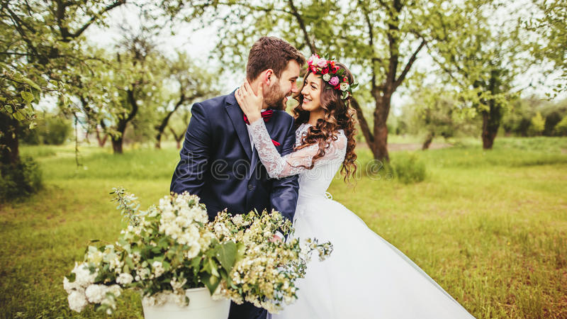 Jeune mariée et marié posant près de la bicyclette photos libres de droits