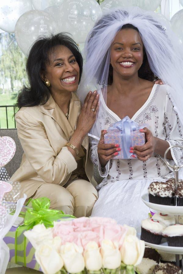Jeune mariée et sa mère chez Hen Party photo stock