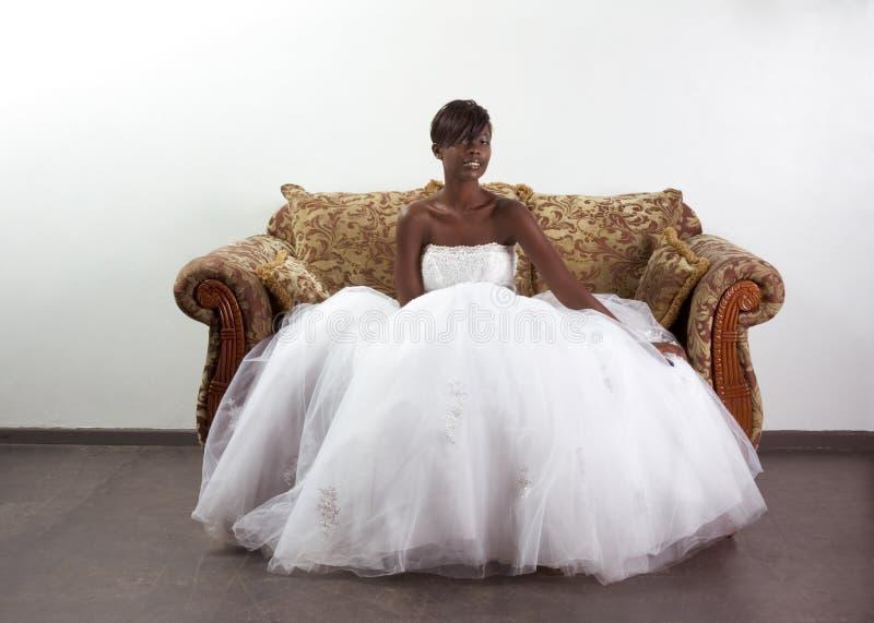 Jeune mariée ethnique de femme de couleur dans la robe de mariage photo libre de droits