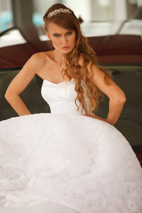 Jeune mariée fâchée image stock