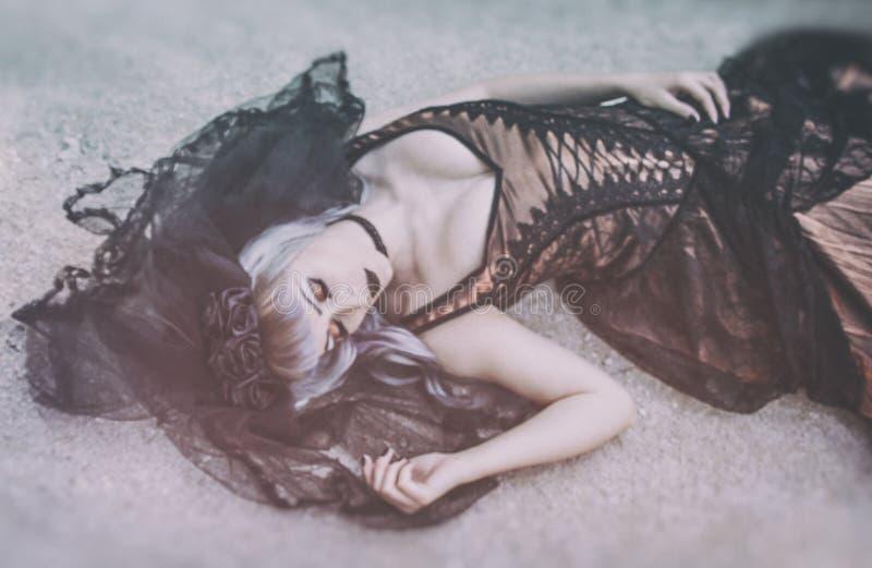 Jeune mariée gothique avec le voile images stock