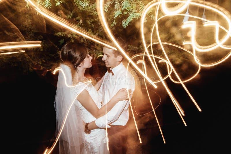 Jeune mariée heureuse élégante magnifique et marié élégant sur le fond images libres de droits