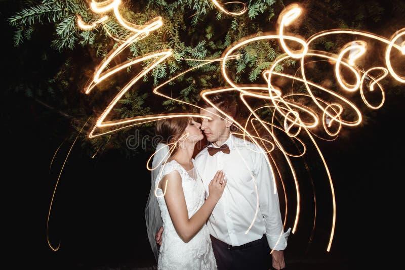 Jeune mariée heureuse élégante magnifique et marié élégant sur le fond images stock