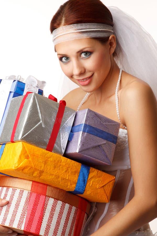 Jeune mariée heureuse avec des présents photographie stock