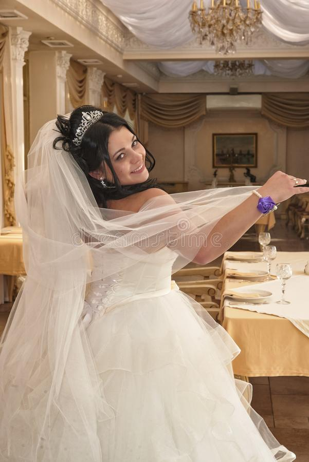 Jeune mariée heureuse dans une robe de mariage photos stock