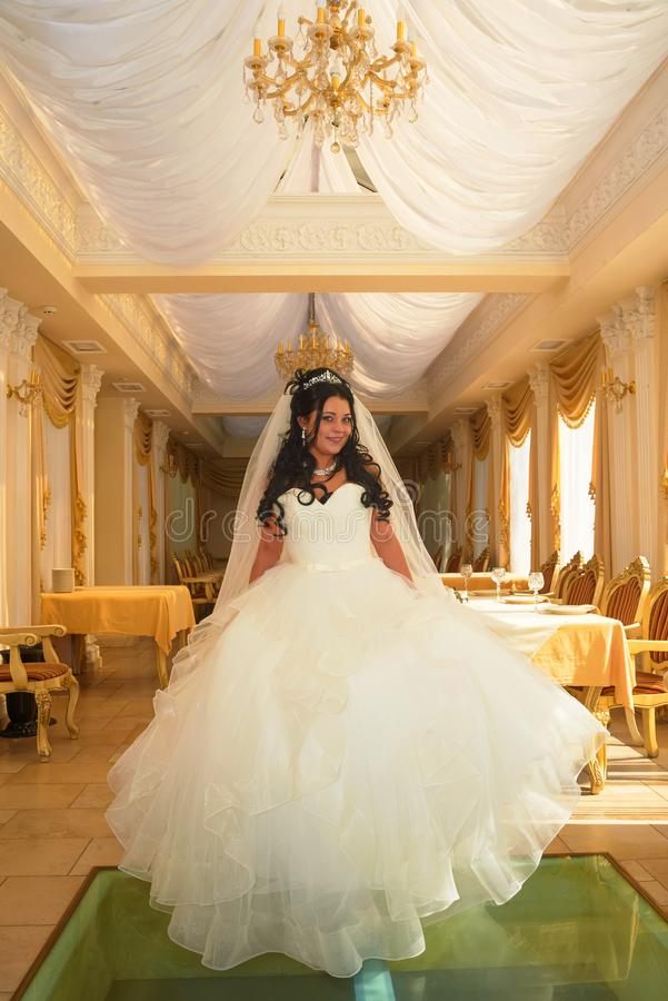 Jeune mariée heureuse dans une robe de mariage images stock