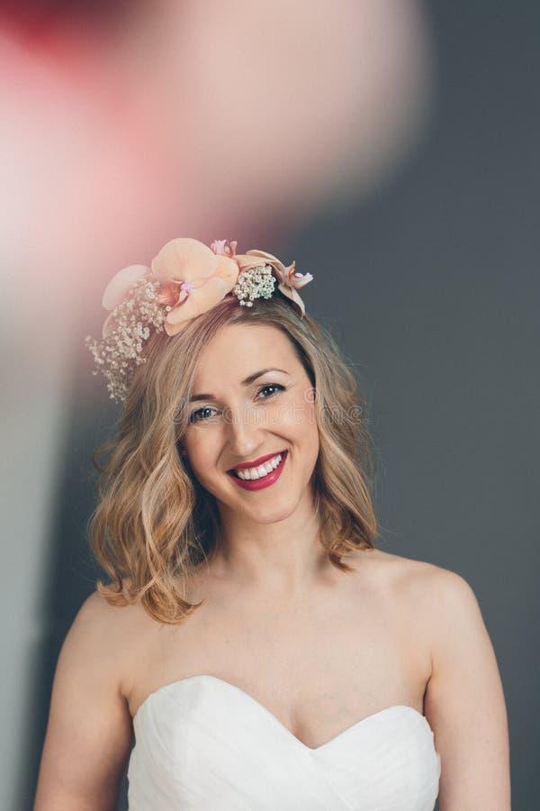 Jeune mariée heureuse de sourire avec une expression tendre douce photographie stock libre de droits
