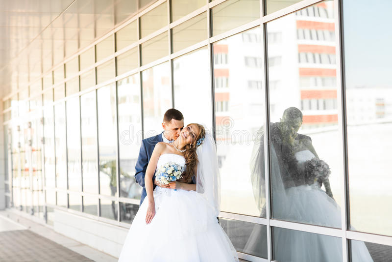 Jeune mariée heureuse et marié élégant dans le costume bleu avec photo stock