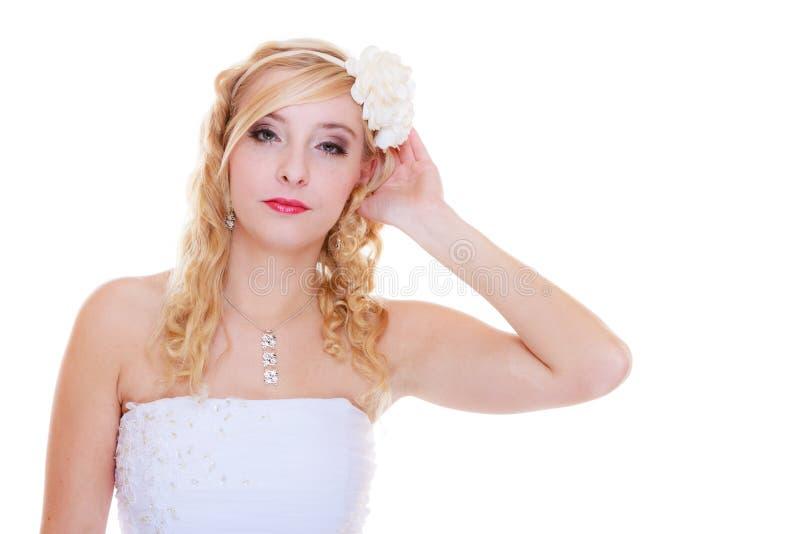 Jeune mariée heureuse posant pour la photo de mariage photo stock