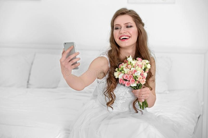 Jeune mariée heureuse prenant le selfie photographie stock libre de droits