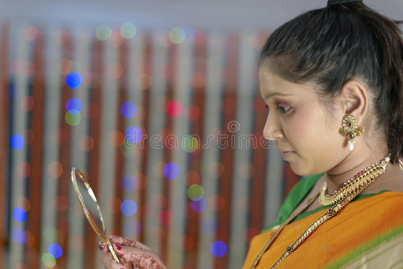 Jeune mariée indoue indienne étant prête image stock
