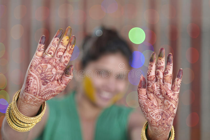 Jeune mariée indoue indienne montrant le henné sur ses paumes. photo stock