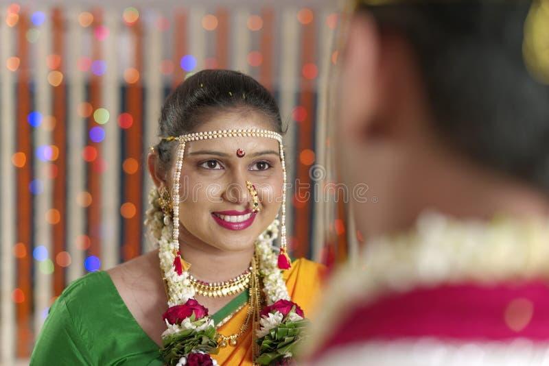 Jeune mariée indoue indienne regardant le marié dans le mariage de maharashtra images stock