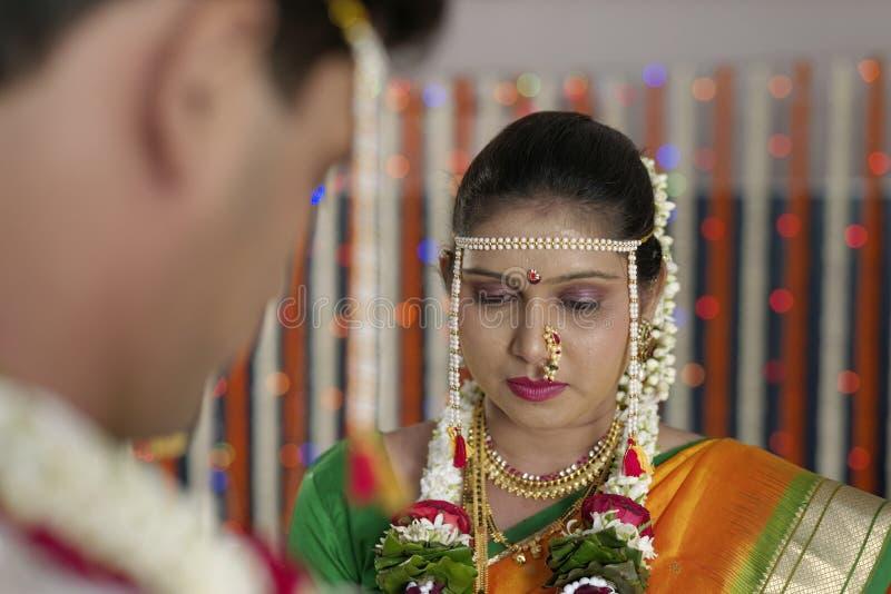 Jeune mariée indoue indienne regardant le marié dans le mariage de maharashtra photo libre de droits