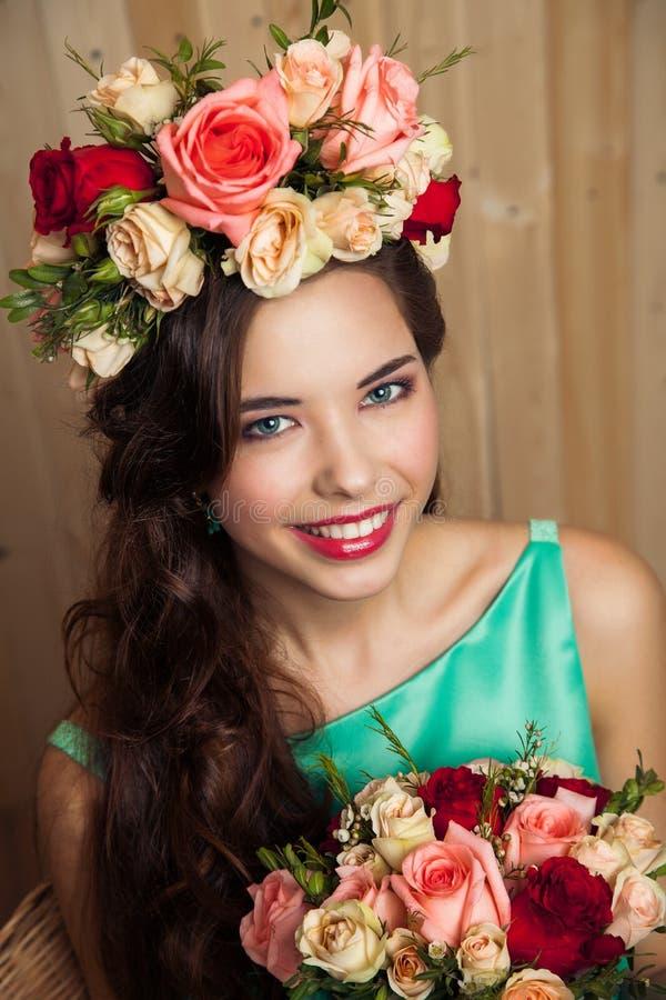 Jeune mariée intelligente de ressort dans la robe en bon état photographie stock