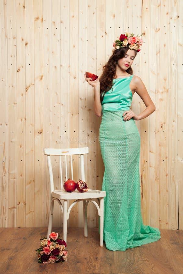 Jeune mariée intelligente de ressort dans la robe en bon état images stock