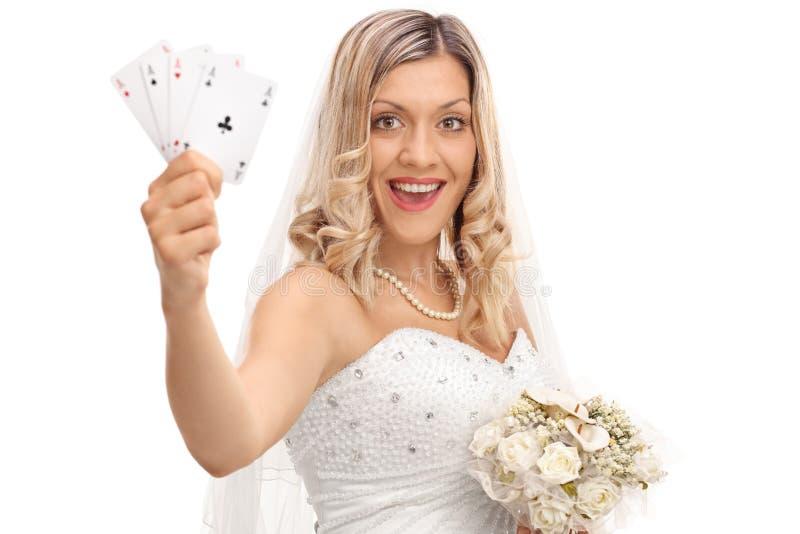 Jeune mariée joyeuse tenant quatre as photographie stock libre de droits