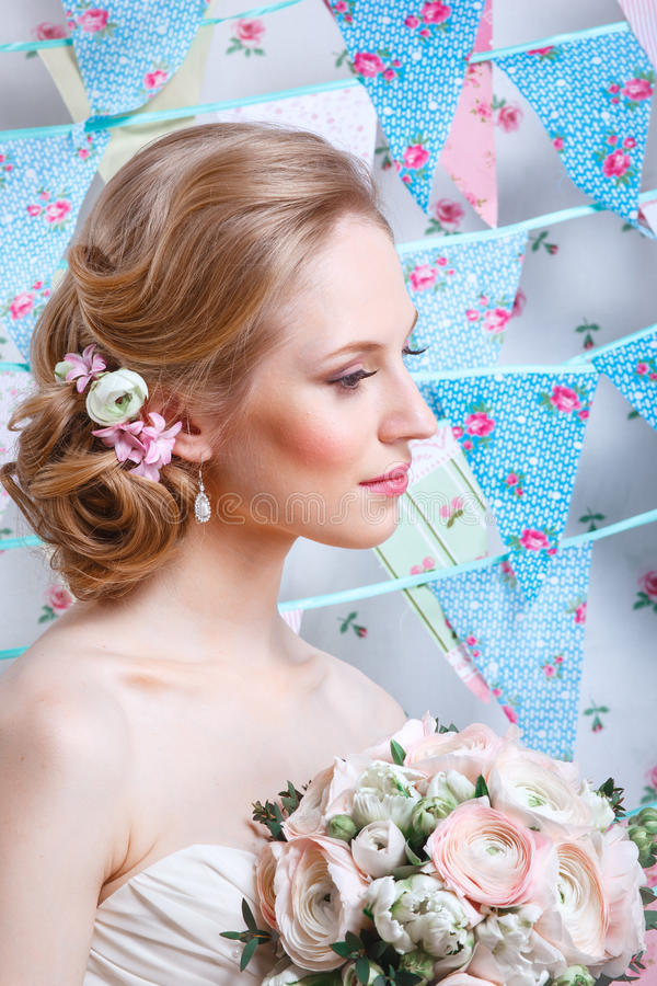 Jeune mariée Le jeune mannequin avec composent, les cheveux bouclés, fleurs dans les cheveux Mode de jeune mariée Bijou et beauté images stock
