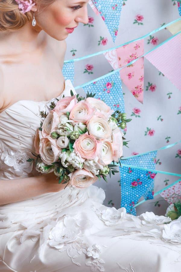 Jeune mariée Le jeune mannequin avec composent, les cheveux bouclés, fleurs dans les cheveux Mode de jeune mariée Bijou et beauté photographie stock libre de droits