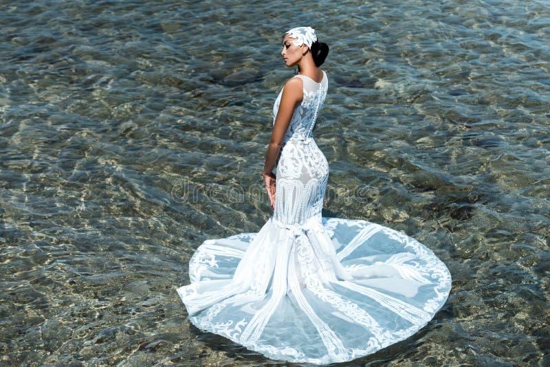 Jeune mariée le jour ensoleillé d'été sur le paysage marin photos stock