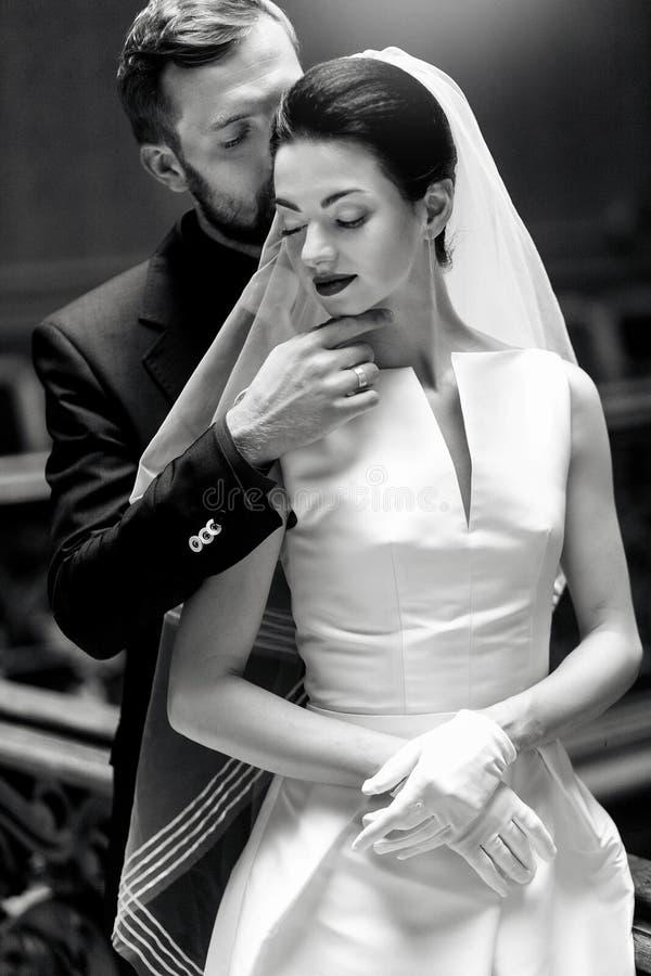 Jeune mariée magnifique élégante et marié élégant étreignant, contact sensuel, images libres de droits