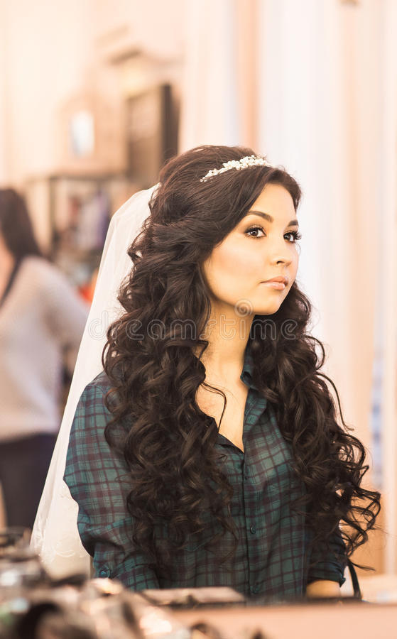 Download Jeune Mariée Magnifique élégante Obtenant Le Maquillage Dans La Salle De Luxe De Beauté Avec De Grands Miroirs Et Lumière Image stock - Image du cheveu, soin: 77155205