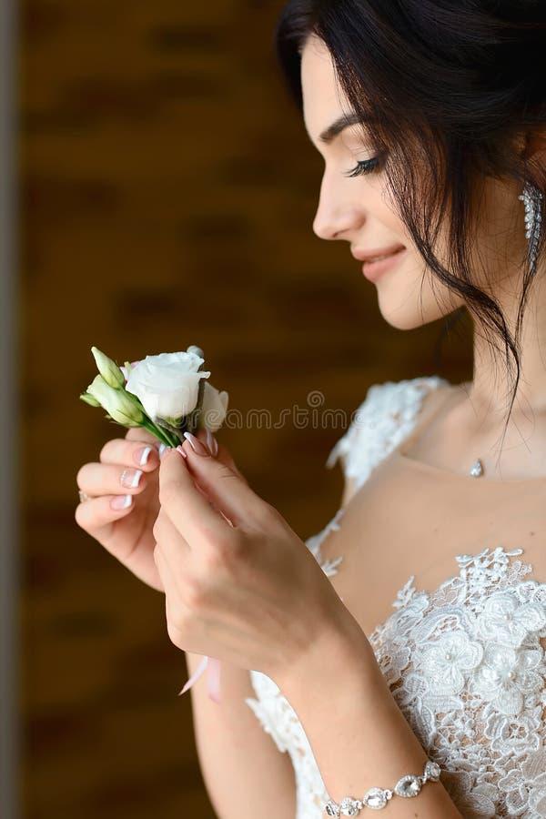Jeune mariée magnifique avec le boutonniere, posant près de la fenêtre portrait stupéfiant de belle femme étant prêt pour épouser photos libres de droits