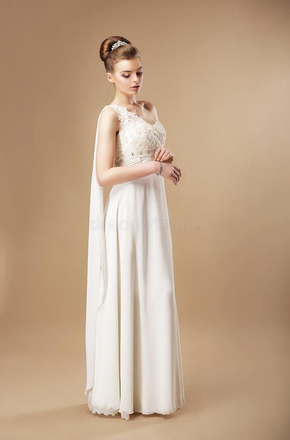 Jeune mariée magnifique dans la robe sans manche image stock