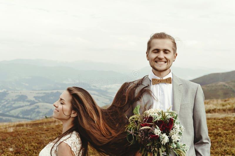 Jeune mariée magnifique et marié élégant ayant l'amusement, mariage de boho, luxu images stock