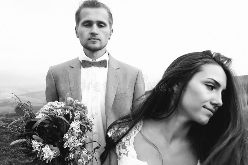 Jeune mariée magnifique et marié élégant, mariage de boho, cérémonie de luxe images libres de droits