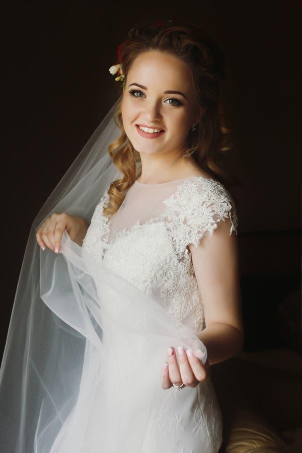 Jeune mariée magnifique souriant, portrait élégant dans le lig mou de matin images stock