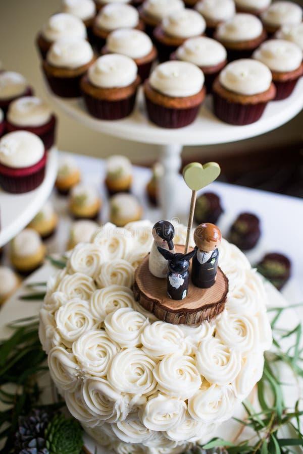 Jeune mariée, marié, et haut de forme mignons de gâteau de mariage de chien images libres de droits