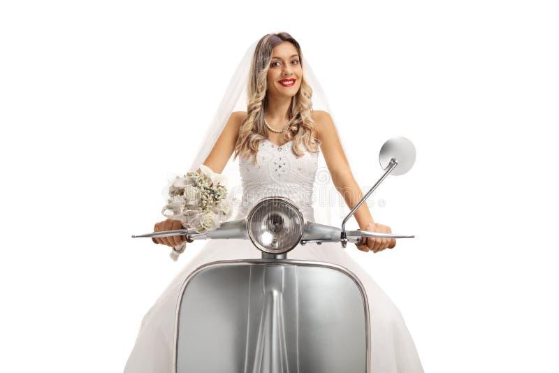 Jeune mariée montant un scooter image stock