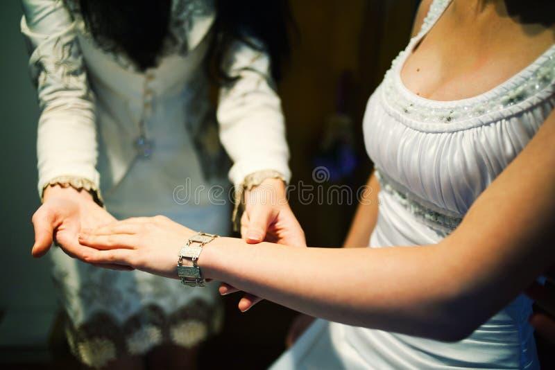 Jeune mariée montrant des bijoux image libre de droits