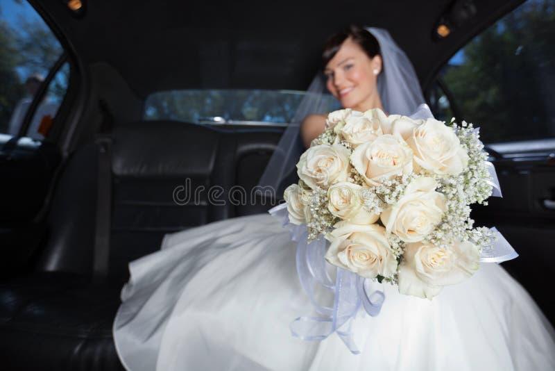Jeune mariée montrant la fleur Bouqet images libres de droits