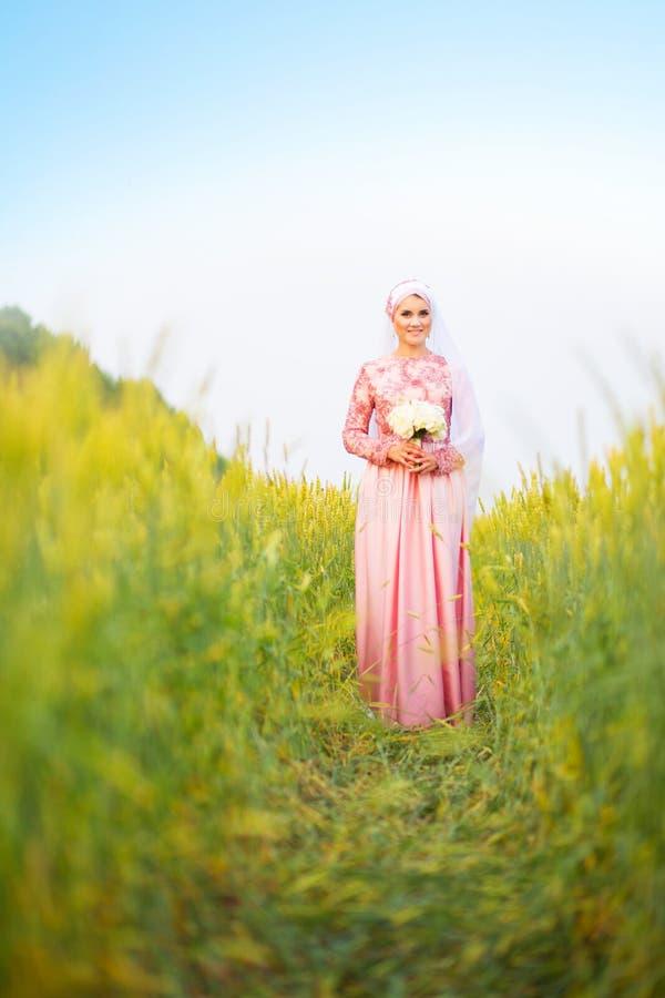 Jeune mariée musulmane posant à une cérémonie de célébration image libre de droits