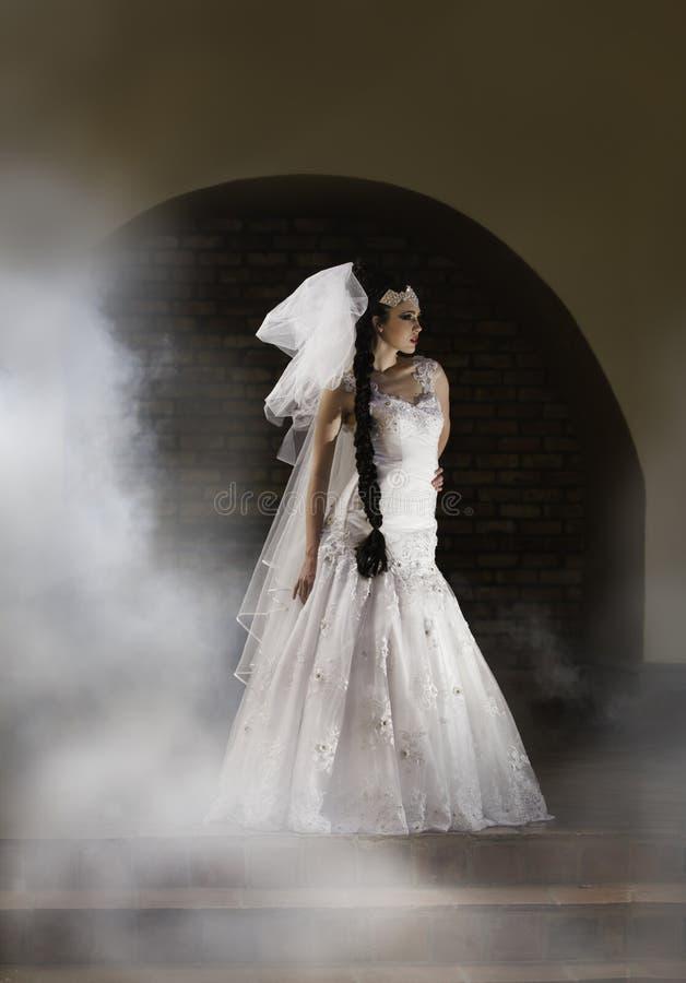 Jeune mariée mystérieuse entourée par la brume image libre de droits