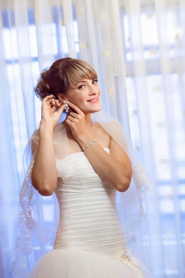 Jeune mariée par la fenêtre image libre de droits