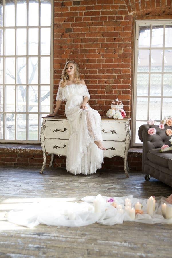 Jeune mariée posant se reposer sur la raboteuse de vintage images libres de droits