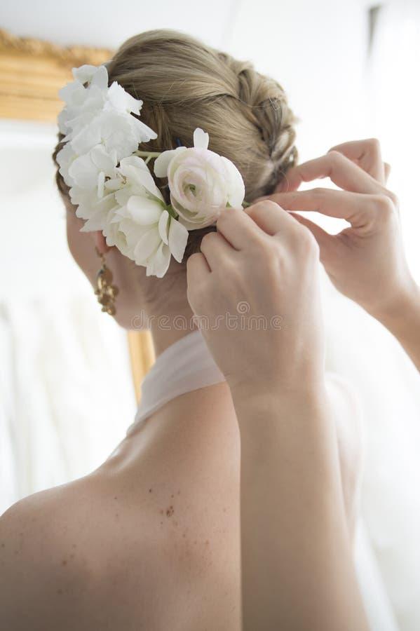 Jeune mariée pour placer les cheveux image stock