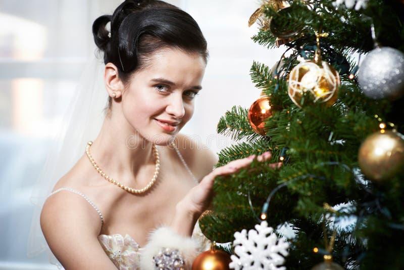 Jeune mariée près de l'arbre de Noël photos libres de droits