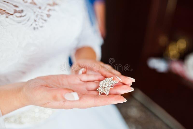 Jeune mariée prenant le goujon de mains photos libres de droits