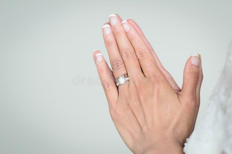 Jeune mariée priant le jour du mariage image stock