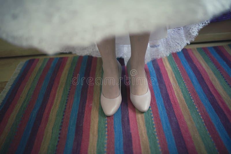 Jeune mariée se tenant sur le tapis coloré avant d'épouser images libres de droits
