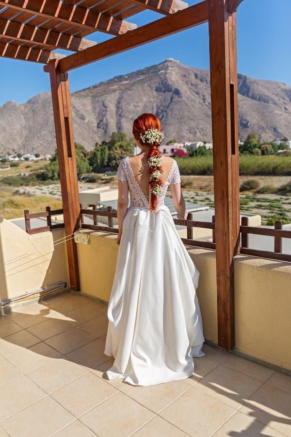 Jeune mariée sur le porche photographie stock