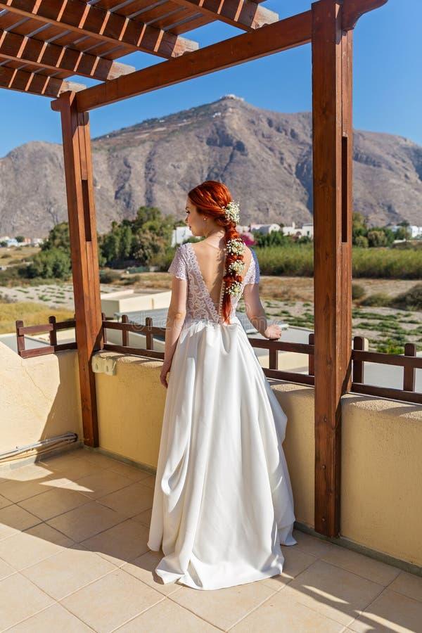 Jeune mariée sur le porche images stock