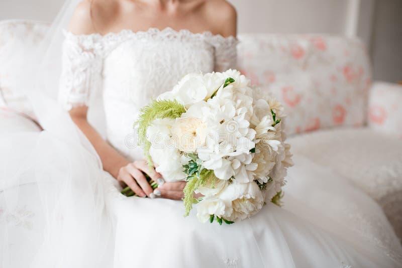 Jeune mari e tenant le bouquet de mariage de la pivoine rose de jardin blanc image stock image - Bouquet pivoine mariage ...